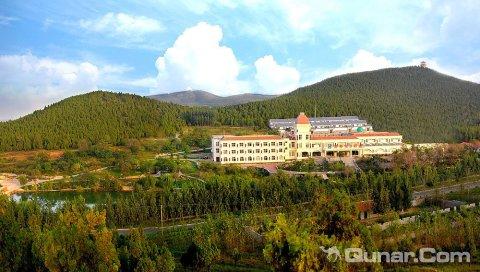 酒店依山傍水,风景秀丽,松柏环绕,鸟语花香.